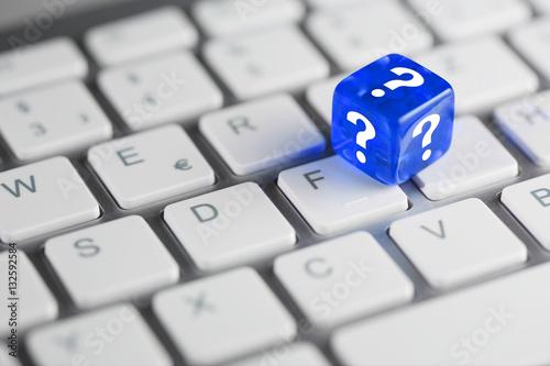 Fotobehang F1 Blau farbener / blauer Würfel mit Fragezeichen auf Tastatur