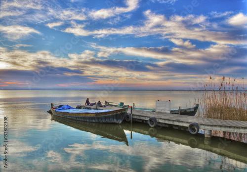 Tuinposter Algerije barca en el embarcadero del lago