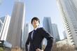 男性 ビジネスマン ポートレート 真剣 新宿高層ビル背景 真剣 やる気 挑戦チャレンジ