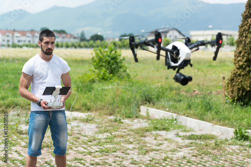 Zdjęcia Man Controls Drone in Nature