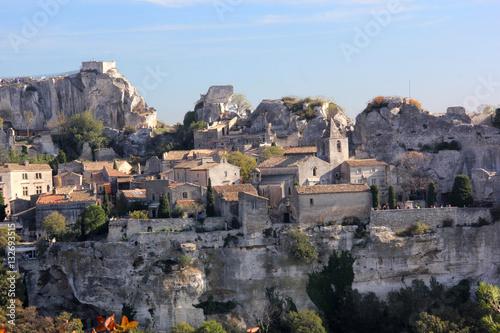 Papiers peints Bleu ciel les Baux de Provence au soleil couchant