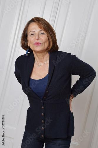 femme senior souffrant de mal de dos Poster
