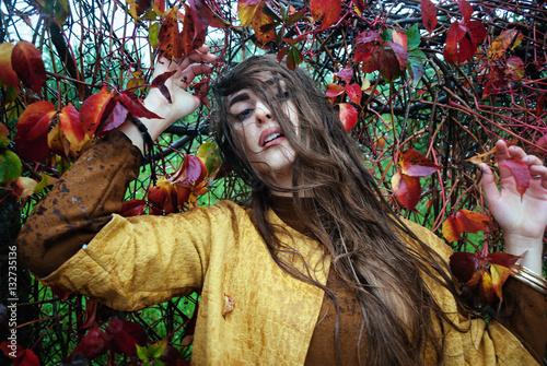 Poster Ragazza tra le foglie