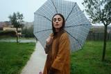 Ragazza bagnata dalla pioggia nel parco