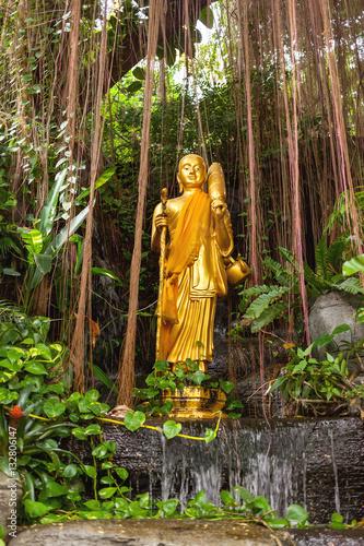 Valokuva Golden sculpture in bushes