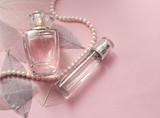 Флакон женских духов на нежном розовом фоне - 132834533