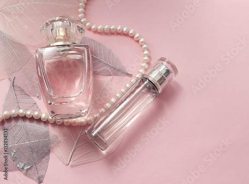 Флакон женских духов на нежном розовом фоне