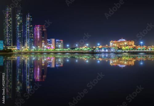 Miasto nad zatoką nocą