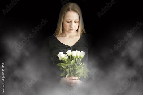 Poster Trauernde Frau mit Blumen