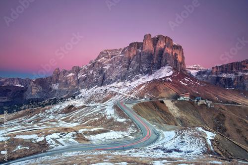 Foto op Plexiglas Lavendel Bergstrasse, Passstrasse im Winter in den Dolomiten