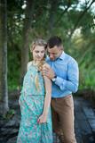 Муж обнимает беременную жену