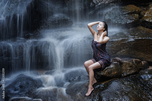 Póster woman with waterfall