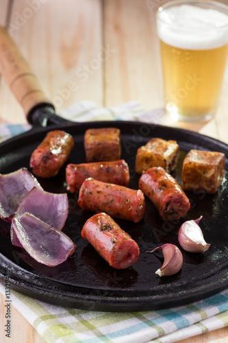 Linguiça artesanal, alho, cebola e queijo coalho na chapa com cerveja Poster