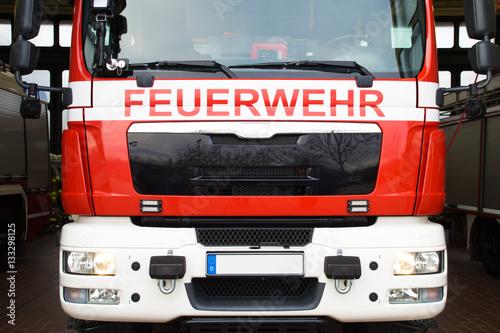 Wóz strażacki na głównej komendzie policji ochotniczej straży pożarnej