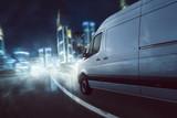 Lieferwagen fährt bei Dunkelheit  - 133326713