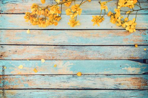zolci-kwiaty-na-rocznika-drewnianym-tle-rabatowy-projekt-ton-kolor-vintage-koncepcja-kwiat-tlo-wiosna-lub-lato