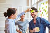 Ratespiel mit Haftnotizen für Teambuilding