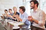 Start-Up Team klatscht Beifall