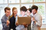 Business Team blickt auf Monitor