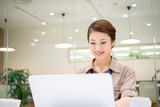 女性・ビジネスイメージ・パソコン作業(爽やかなオフィス)