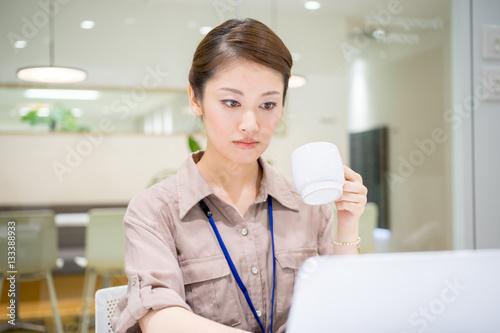 コーヒーを飲む女性(仕事・デスクワーク) Poster