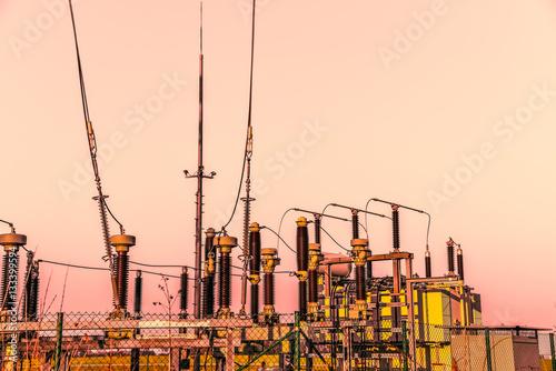 Stromversorgung -  Stromisolatoren im Dämmerlicht Poster