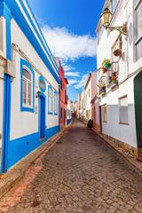 Vue d'une rue pavée, ville de Burgau, région d'Algarve, Portugal