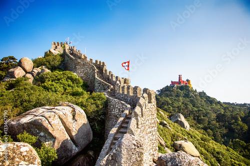Vue du Palais national de Pena, et d'une partie de la muraille du château des Maures, ville de Sintra, Région de Lisbonne, Portugal © Warpedgalerie
