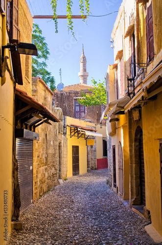 waska-ulica-w-rhodes-miasteczku-grecja