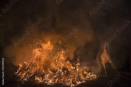 Poster Caballos saltando hogueras de fuego en la noche de las luminarias para celebrar