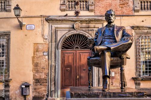 Deurstickers Toscane Lucca, Piazza Cittadella mit Puccini-Denkmal