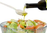 Ensalada de lechuga y tomate aderezada con aceite de oliva.