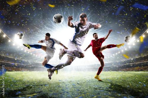 Piłkarze na stadionie w deszczu
