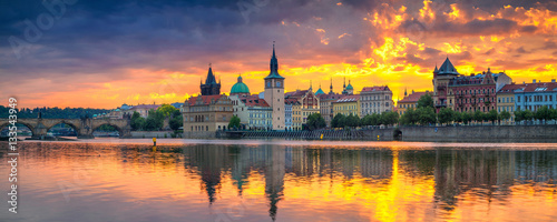 Papiers peints Prague Prague. Panoramic image of Prague riverside and Charles Bridge, with reflection of the city in Vltava River.