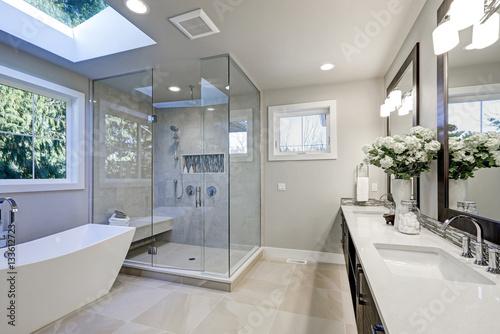 Przestronna łazienka w odcieniach szarości z podgrzewaną podłogą