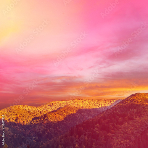 Papiers peints Rose banbon Wonderful nature landscape. majestic sky over the mountain in morning. ammazing pink sunrise
