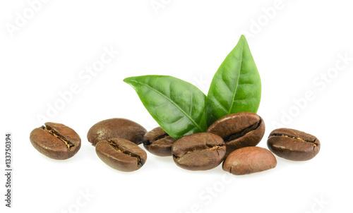 Papiers peints Café en grains coffee grains with leaves isolated