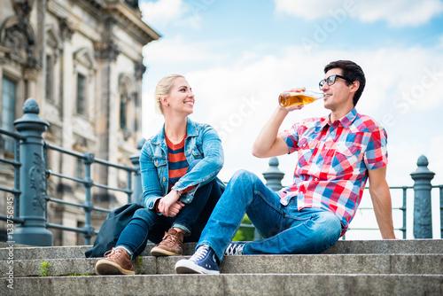 Poster Touristen, Frau und Mann, genießen den Ausblick von einer Brücke auf der Museums
