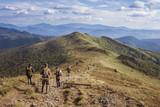 Grupa paramilitarnych ludzi idzie po szlaku w górach Bieszczady