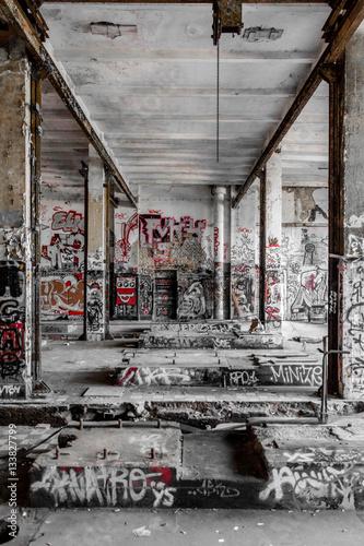 Plexiglas Oude verlaten gebouwen Empty room in abandoned factory ruin
