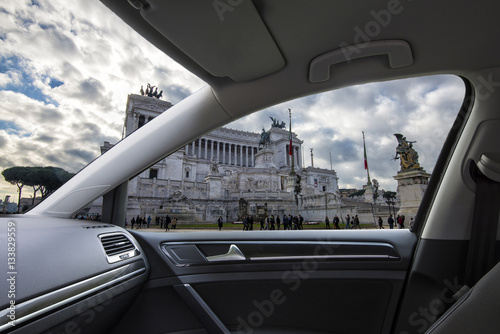 Poster Altar of the Fatherland in Rome seen from the inside of a car