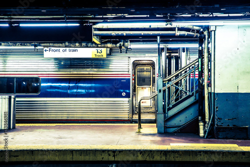 Plakat Widok z New York City pociągu czeka na Long Island Railroad metra platformy na Penn Station w Manhattan NYC.