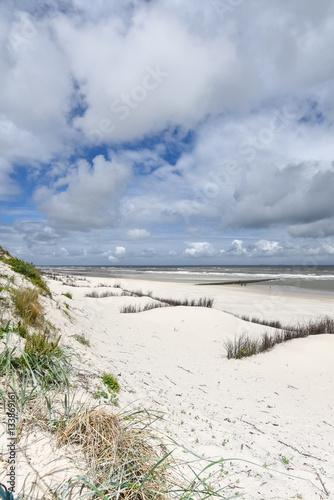 Staande foto Noordzee Verlassener Strand - Heftiger Wind an der Nordsee