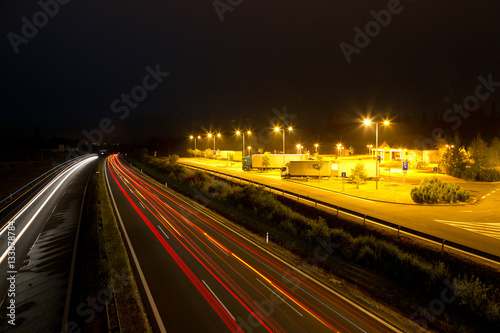 Fotobehang Nacht snelweg night highway and rest area