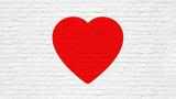 Coeur rouge sur mur de briques