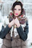 красивая девушка брюнетка стоит в парке зимой, вокруг снег, одета в шубу, на голове красивый платок с узорами