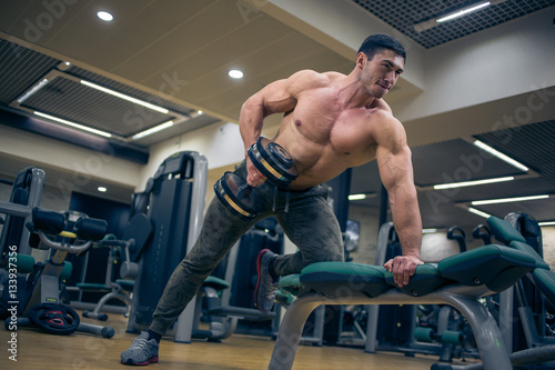 Poster Bodybuilder trains at the gym