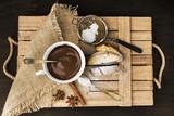 tazza di cioccolata con biscotti alle mandorle