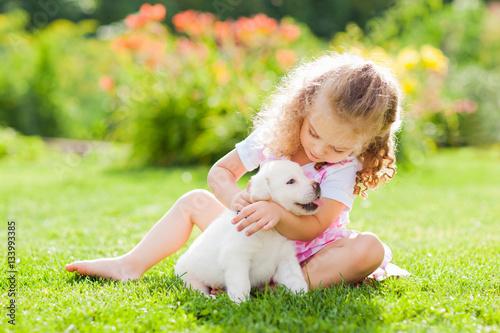 Mała dziewczynka z labradora szczeniakiem, plenerowy lato