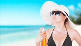 Donna con crema solare al mare o in spiaggia  - 134024709